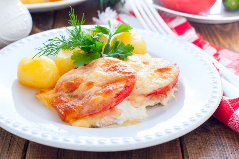Горбуша под сырно-томатной «шубкой»