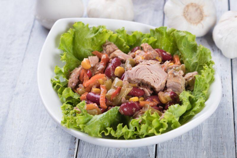Салат из копченой курочки с консервированной фасолью