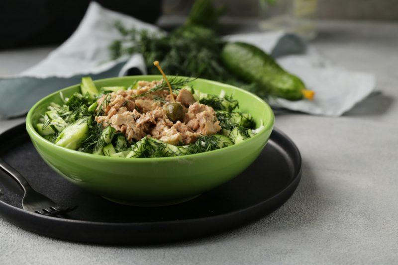 Нежный салат из печени трески с сельдереем