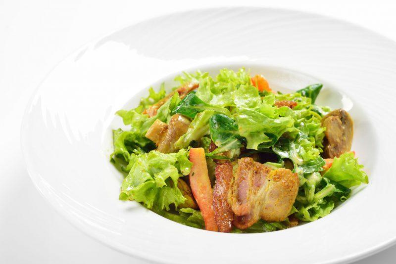 Теплый капустный салат с беконом