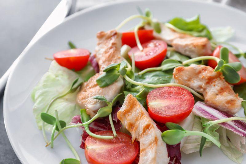 Свежий куриный салат с греческим йогуртом
