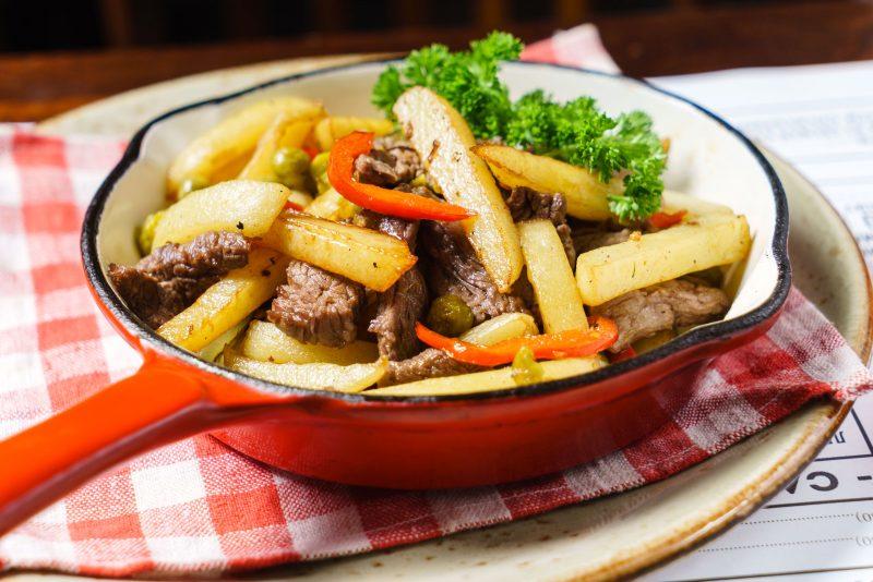 Ужин холостяка: свинина, тушеная с овощами