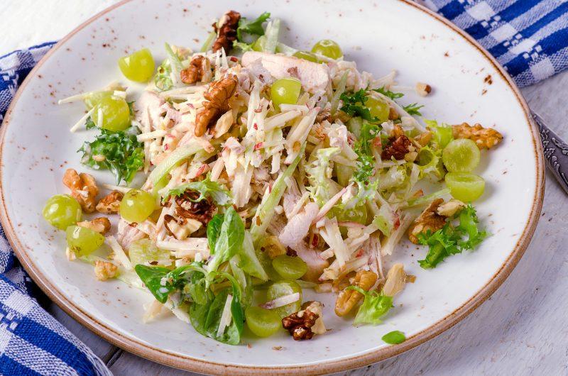 Простой салат с виноградом и копченой курицей