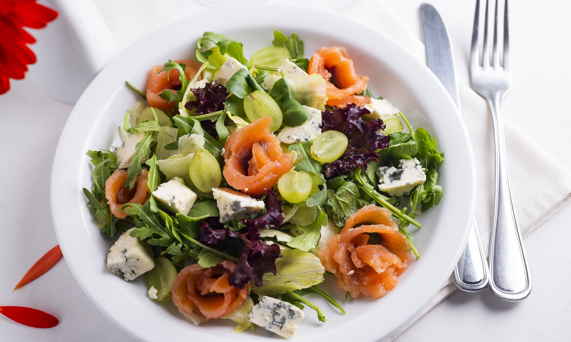 Тогда вам поможет салат с виноградом и курицей. Это сочетание очень интересное во вкусовом отношении.