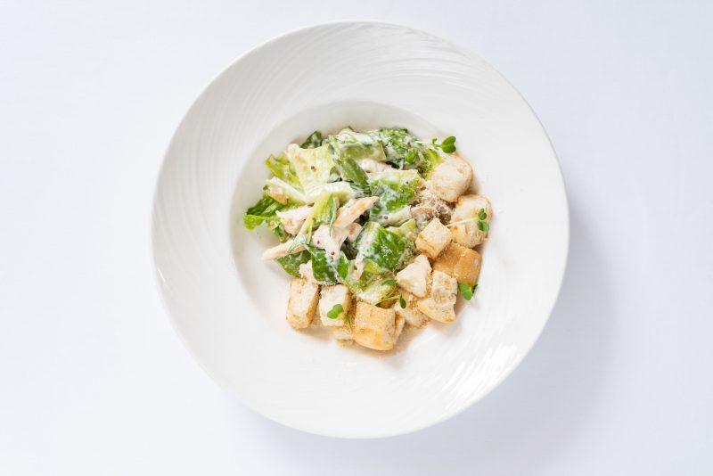 Салат с куриным филе и сыром