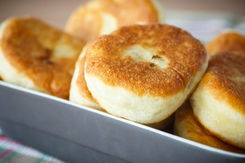 Быстрые пирожки на кефире: рецепт теста с дрожжами без яиц