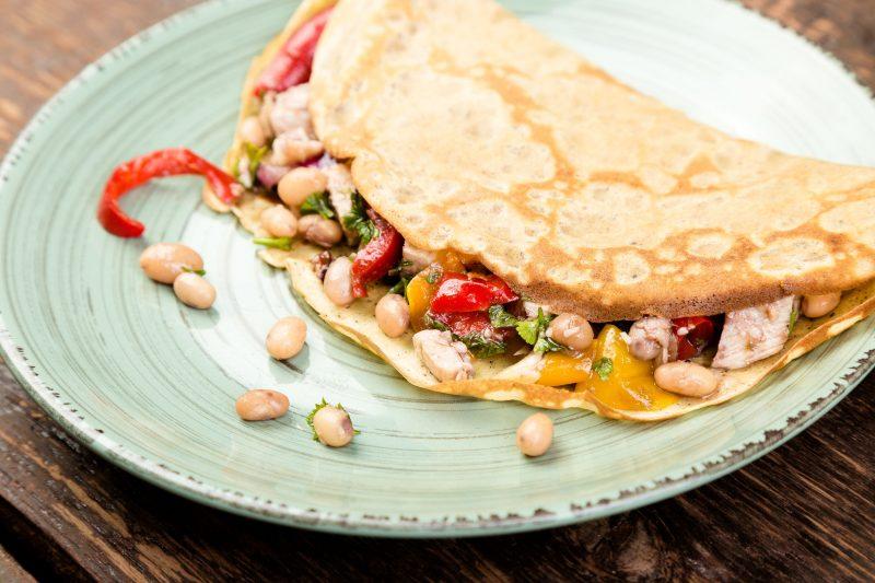 Закуска из блинов с белой фасолью и запеченными овощами