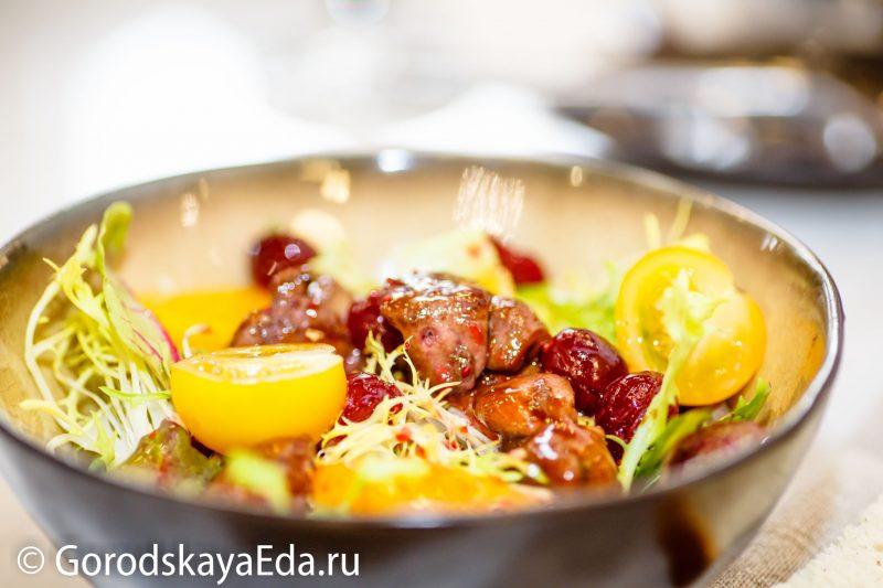 Простой салат из курицы с мягким сыром