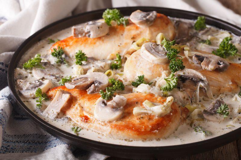 Куриное филе в сливках с грибами