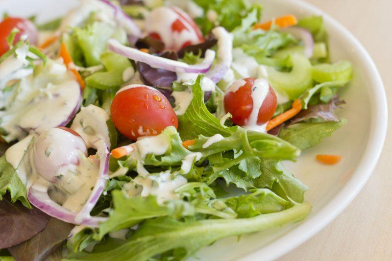Листовой салат с овощамиЛистовой салат с овощами
