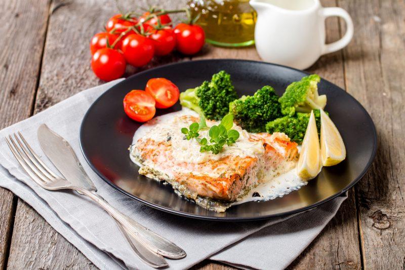 Рыба со специями из лимона и розмарина с соусом
