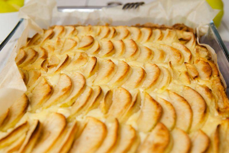 Сладкая творожно-яблочная запеканка в духовке: пошаговый рецепт