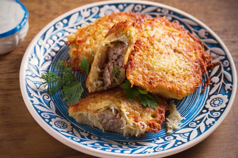 Пошаговый рецепт драников с мясным фаршем и сыром