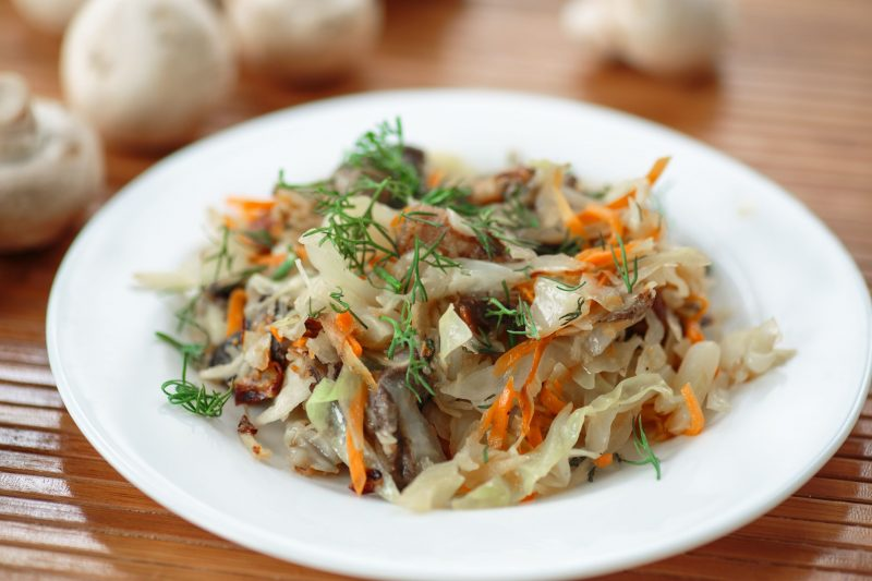 Салат из капусты с опятами маринованными