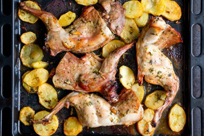 Рецепт кролика с яблоками в духовке