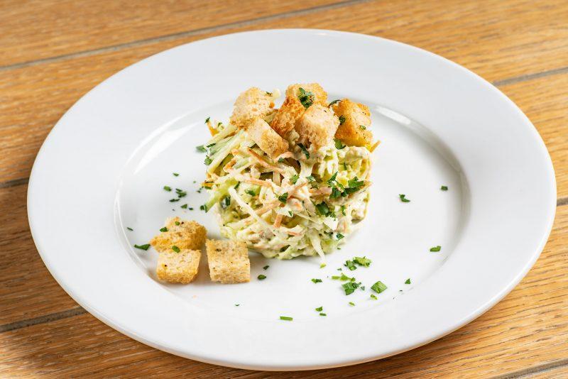 Оригинальный салат с копченой колбасой и сухариками