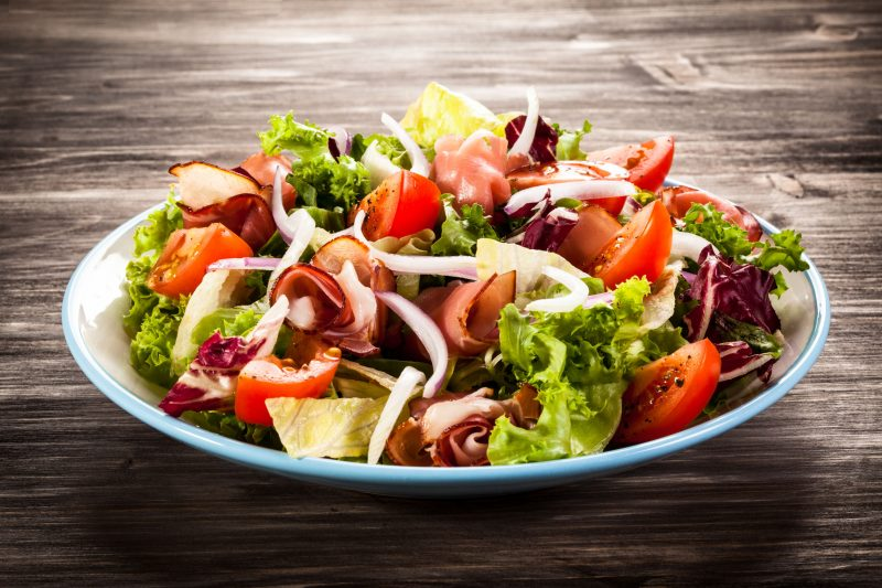 Аппетитный салат с зеленью и ветчиной