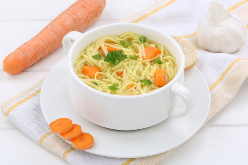Готовим классический куриный суп с домашней лапшой