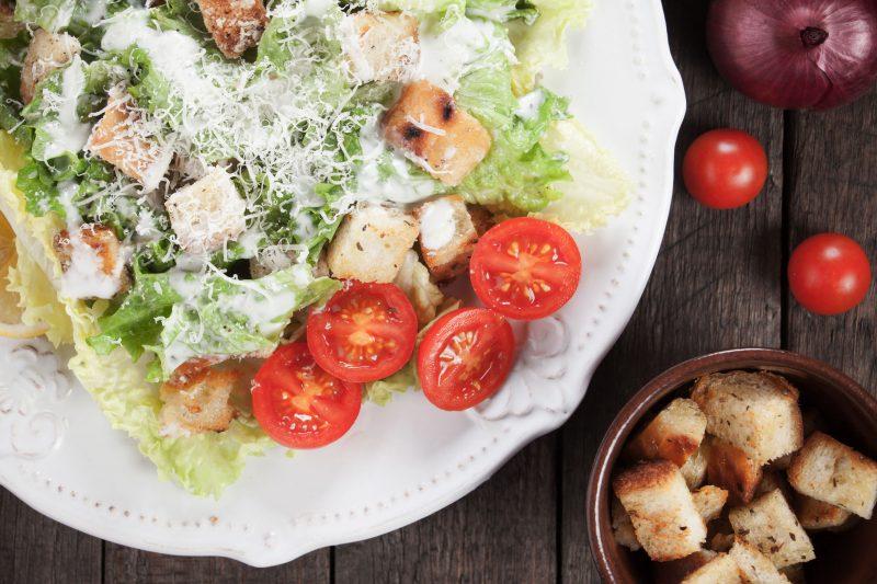 Цезарь – универсальный салат на праздник