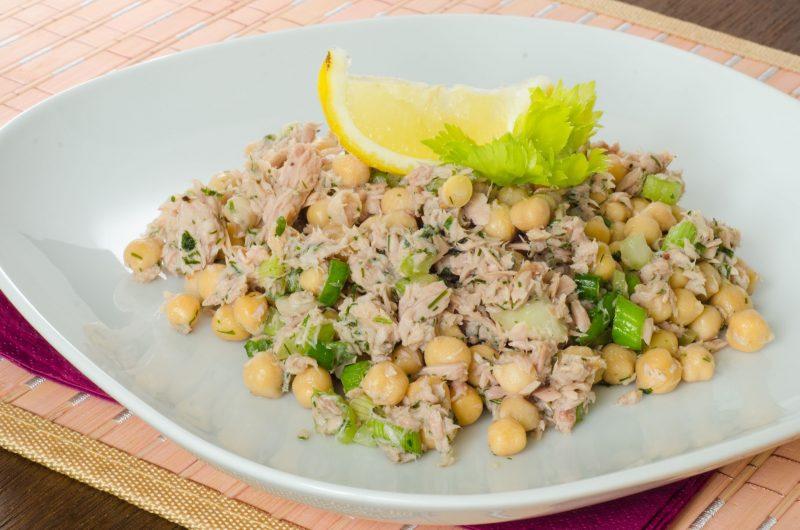Салат из нута с тунцом