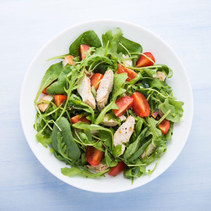 Салат изысканного меню: микс зелени и грудки на гриле