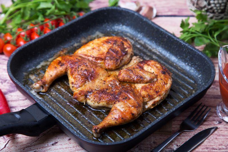Основное блюдо бюджетного меню: курица, запеченная в чесночном соусе