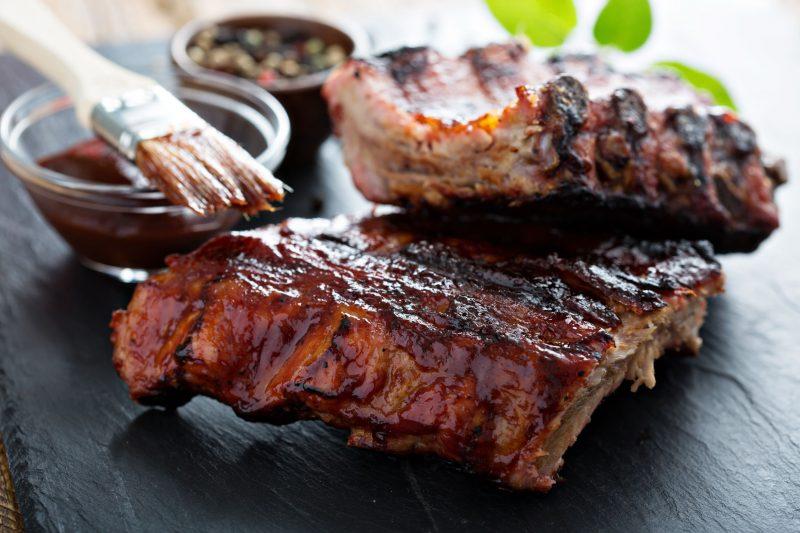 Запеченая свиная корейка с беконом и коричневой сахарной глазурью