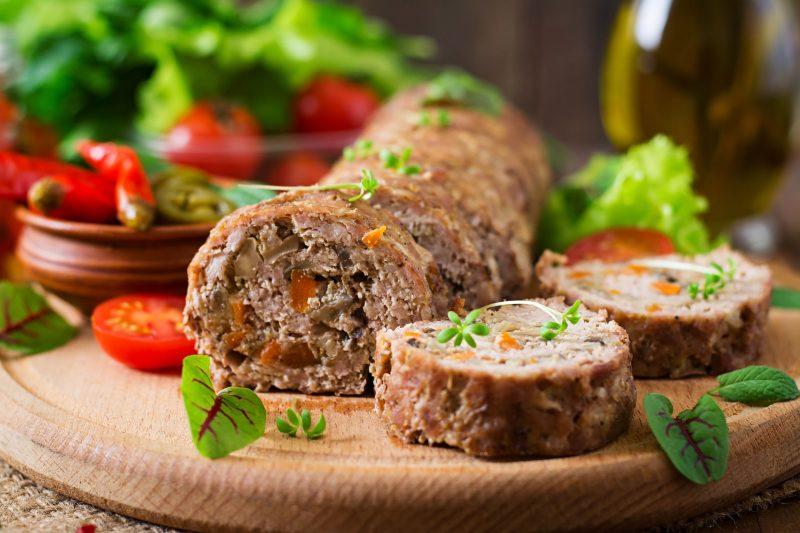 Аппетитный мясной рулет с овощами