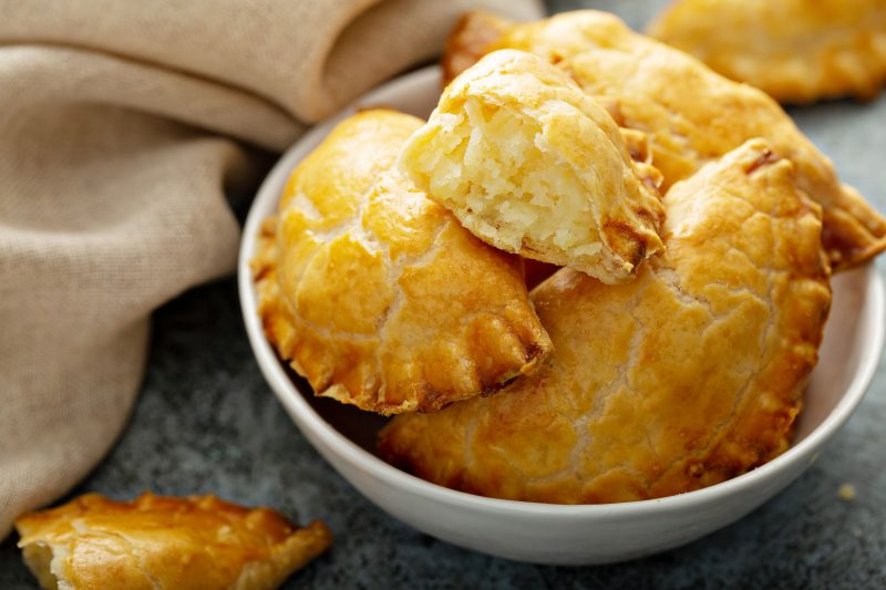 Рецепт пирожков из теста на кефире с сырной начинкой
