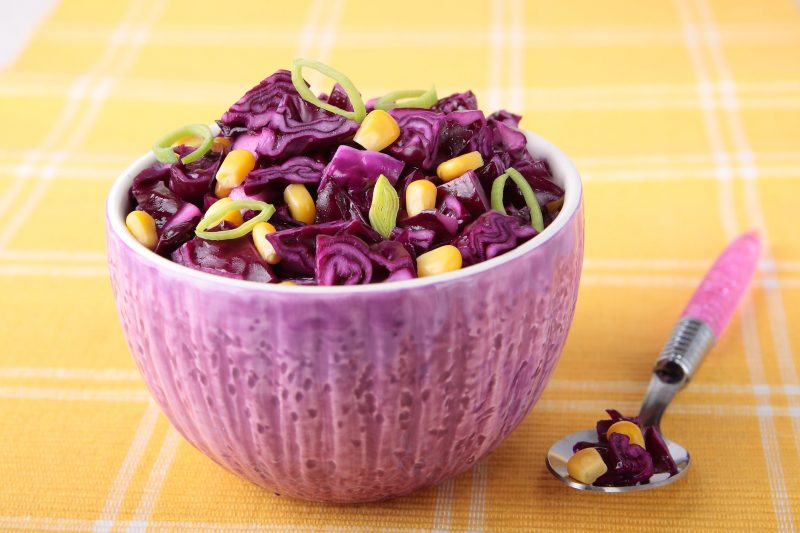 Доступный салат: красная капуста с кукурузой