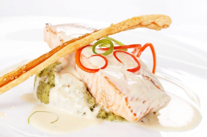 Основное блюдо изысканного меню: лосось, приготовленный су-вид