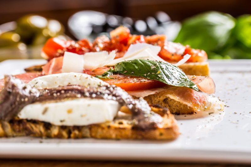 Закуски: тосты, брускеты с семгой и печенью трески