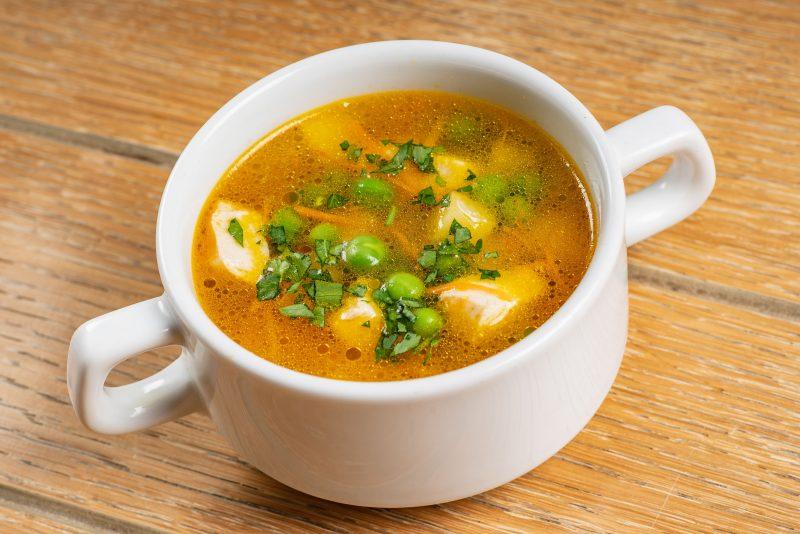 Суп гороховый с копченостями, овощами и чесночными гренками