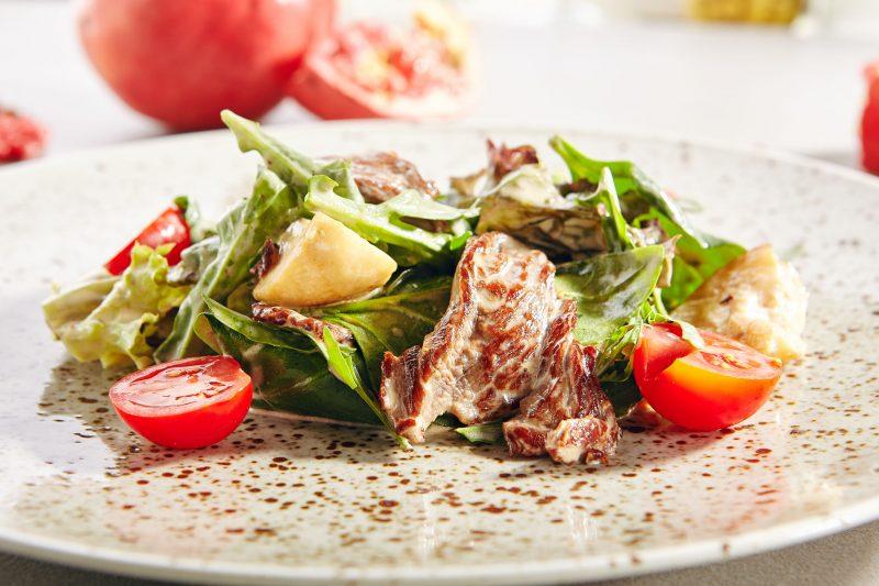 Салат из глазированной баранины с овощами под соусом винегрет