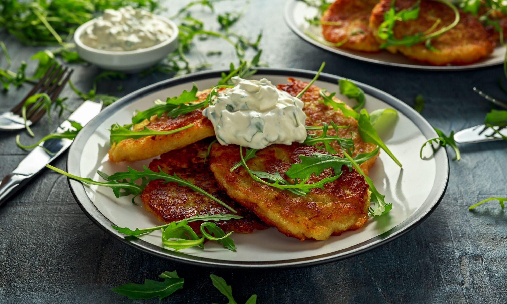 Очень простыми и невероятно вкусными получаются домашние драники из картофеля. Рецепт этого картофельного угощения берет начало с белорусской кухни.