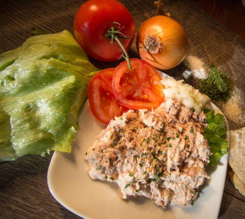 Простой и быстрый салат из лосося