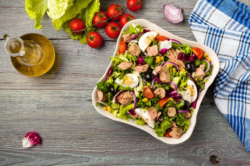 Аппетитный салат с зеленью и лососем