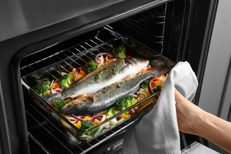 Сибас запечённый в духовке с гарниром из овощей