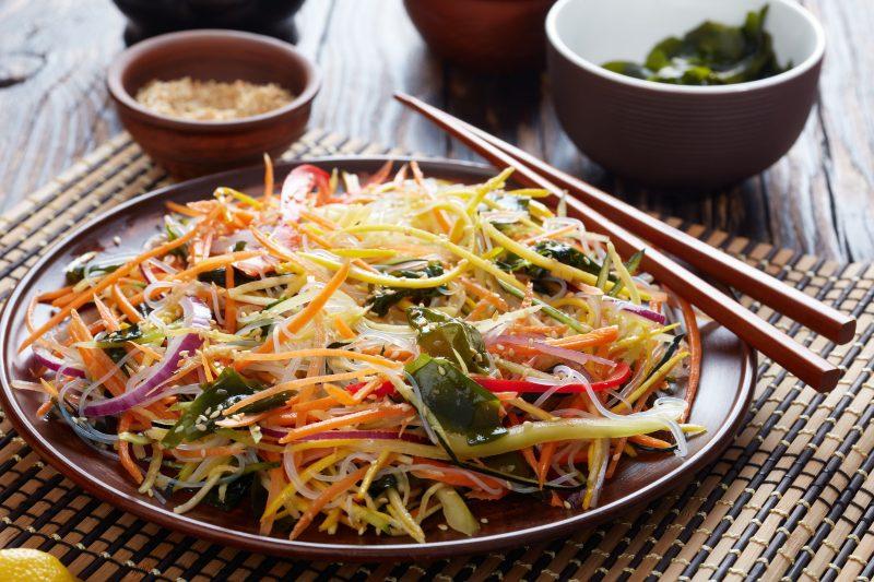 Легкий морковный салат с кунжутом