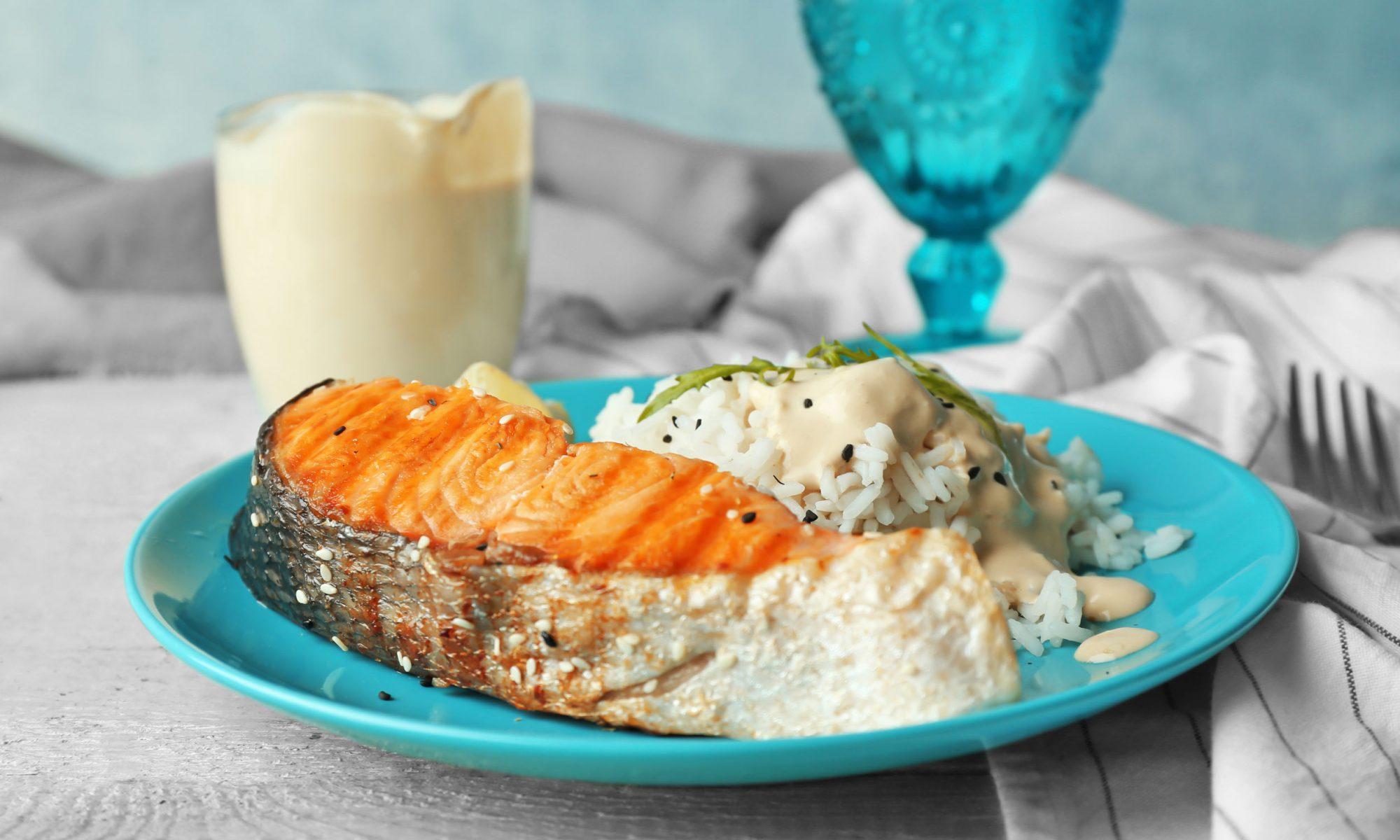 Стейки лосося под сливочно-грибным соусом