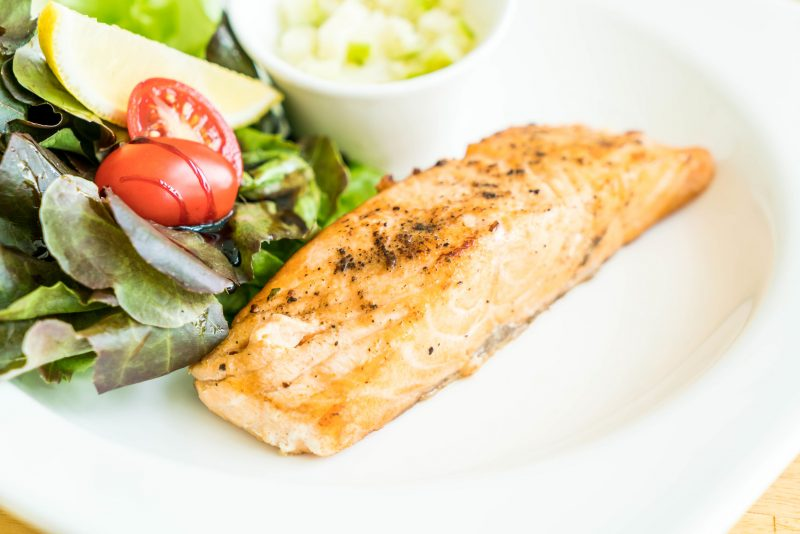 Филе лосося в сливочном соусе с помидорами черри