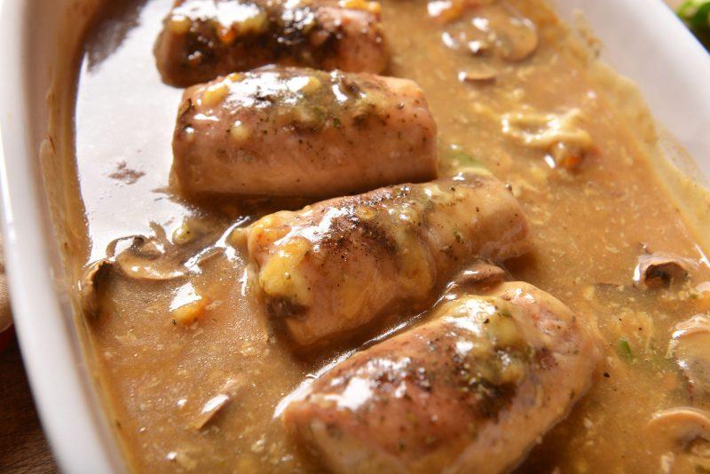 Быстрые свиные роллы в сметанном соусе