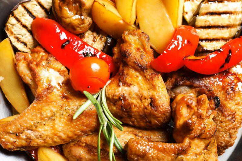 Картофель с крылышками и овощами