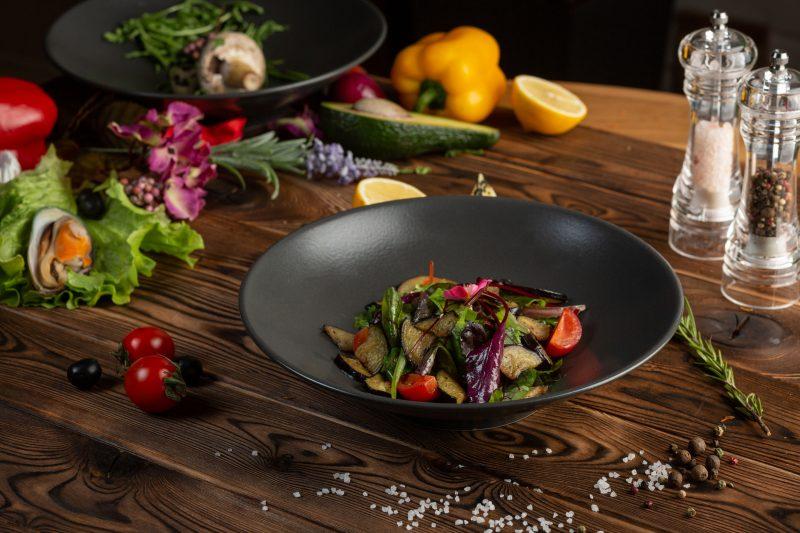 Теплый салат с баклажанами и курицей