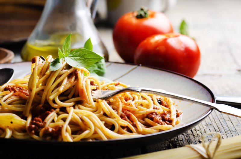 Спагетти с колбасной смесью в турецком стиле