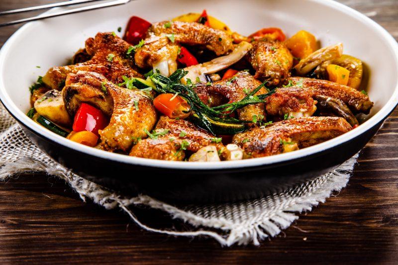 Запеченные крылышки с картофелем и грибами