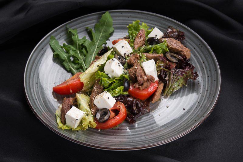 Салат теплый с курицей и брынзой