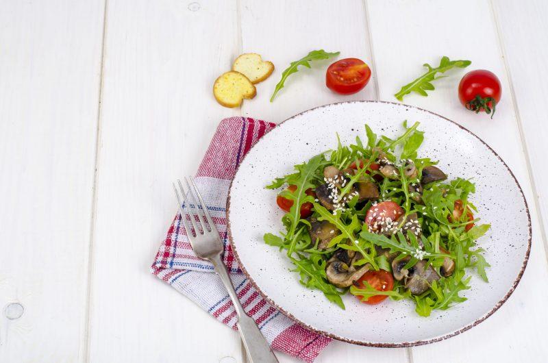 Теплый салатик с маринованными опятами