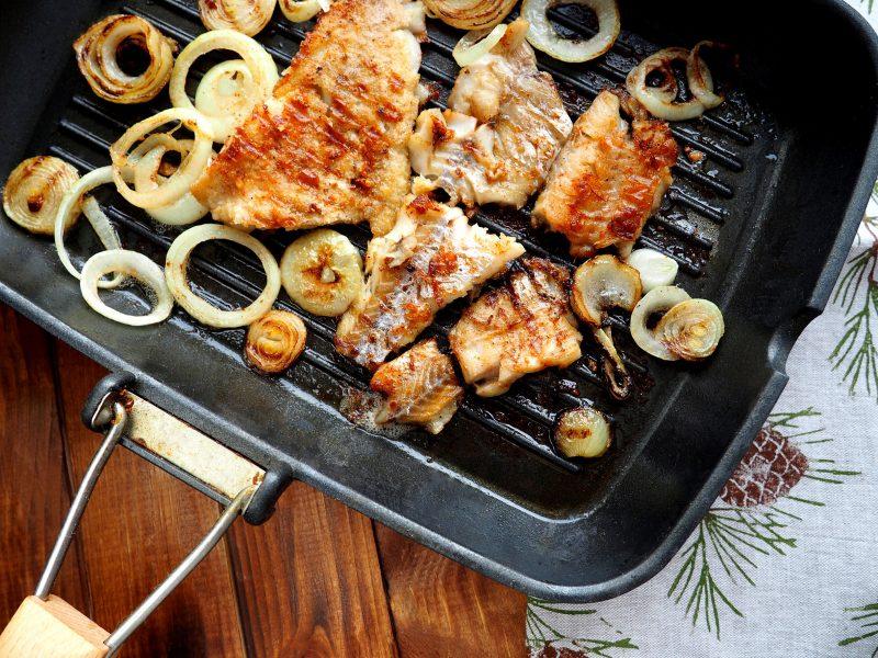 Как приготовить минтай вкусно на сковороде с репчатым луком?