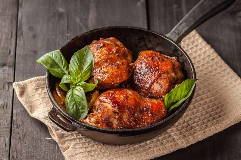 Курица с шафраном и соусом из кориандра